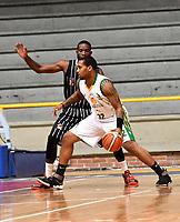 BOGOTA – COLOMBIA - 21 – 05 - 2017: Taitus Mins (Izq.) jugador de Piratas de Bogota, disputa el balón con Trevons Williams (Der.) jugador de Cimarrones de Choco, durante partido entre Piratas de Bogota y Cimarrones de Choco por la fecha 2 de Liga  Profesional de Baloncesto Colombiano 2017 en partido jugado en el Coliseo El Salitre de la ciudad de Bogota. / D Quiroz (L) player of Piratas of Bogota, fights for the ball with Trevons Williams (R) player of Cimarrones of Choco, during a match between Piratas of Bogota and Cimarrones of Choco, of the  date 2 for La Liga  Profesional de Baloncesto Colombiano 2017, game at the El Salitre Coliseum in Bogota City. Photo: VizzorImage / Luis Ramirez / Staff.