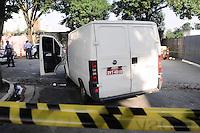 SAO PAULO, SP, 01 DE FEVEREIRO 2013 CIDADES - Ladroes a tiram em policiais da Rocan durante uma perseguicao a van utilizada pelos ladroes que iriam roubar uma van de cigaro.Dois suspeitos foram preso na Rua Princesa Isabel no Bairro do Brooklin. FOTO ADRIANO LIMA / BRAZIL PHOTO PRESS).
