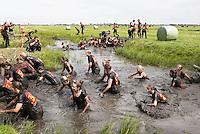 Nederland Schermerhorn  2016 07 10.  Jaarlijkse Prutmarathon door de modderige slootjes van de Mijzenpolder. Er zijn veel vrouwelijke deelneemsters. Foto Berlinda van Dam / Hollandse Hoogte