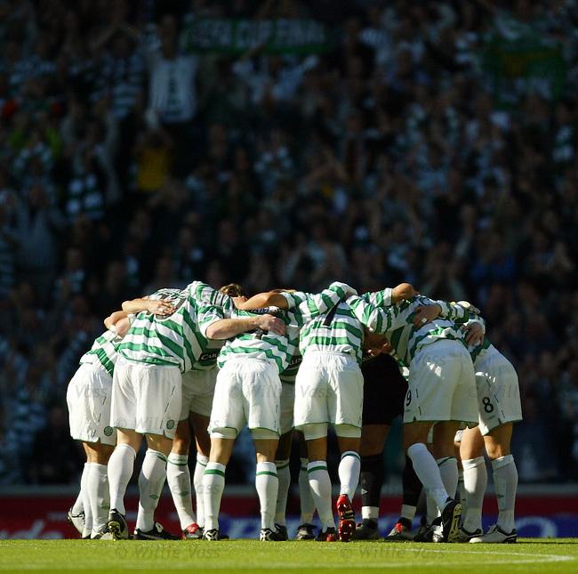 Celtic huddle.Stock season 2003-2004...pic willie vass