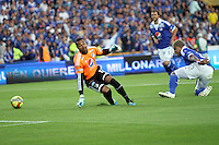 BOGOTA -COLOMBIA-12-04-2013: Robinson Zapata guardameta de Millonarios  no puede atajar el autogol de su compañero Román Torres   ) de Millonarios durante partido en el estadio El Campín de la ciudad de Bogotá, abril 12 de 2013. la decima fecha de la Liga Postobon I. (Foto: VizzorImage / Felipe Caicedo / Staff).Caicedo / Staff). Goalkeeper Robinson Zapata Millionaires can not address the goal by teammate Roman Torres) Millionaires during match at El Campin stadium in Bogota, April 12, 2013. the tenth day of the Liga Postobon I. (Photo: VizzorImage / Felipe Caicedo / Staff). Caicedo / Staff). Photo / VizzorImage / Felipe Caicedo / Staff.Photo / VizzorImage / Felipe Caicedo / Staff
