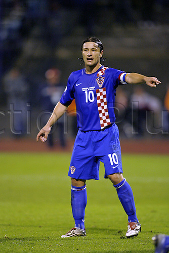 11 October 2006: Croatian captain Niko Kovac points out instructions to his team mates during the Euro 2008 Qualifier between Croatia and England played at the Maksimir Stadium in Zagreb, Croatia. Croatia won the match 2-0. Photo: Neil Tingle/Action Plus..061011 football soccer association international player