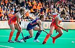 ROTTERDAM - Julia Young (USA) met Freeke Moes (Ned) en Lieke Hulsen (Ned)   tijdens de Pro League hockeywedstrijd dames, Nederland-USA  (7-1) .   COPYRIGHT  KOEN SUYK