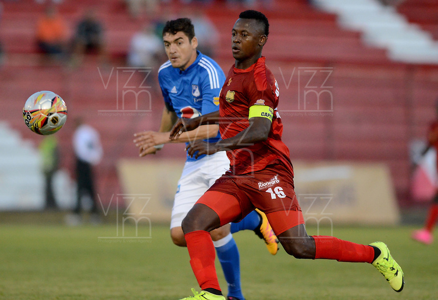 RIONEGRO -COLOMBIA-24-02-2016. Hanyer L. Mosquera (Der) de Rionegro Águilas disputa el balón con Chistian Ovelar (Izq) de Millonarios durante partido por la fecha 6 de la Liga Águila I 2016 jugado en el estadioAlberto Grisales de la ciudad de Rionegro./ Hanyer L. Mosquera (R) of Rionegro Aguilas fights for the ball with ¨Chistian Ovelar (L) of Millonarios during the match for the date 6 of the Aguila League I 2016 played at Alberto Grisales stadium in Rionegro city. Photo: VizzorImage/ León Monsalve /Str