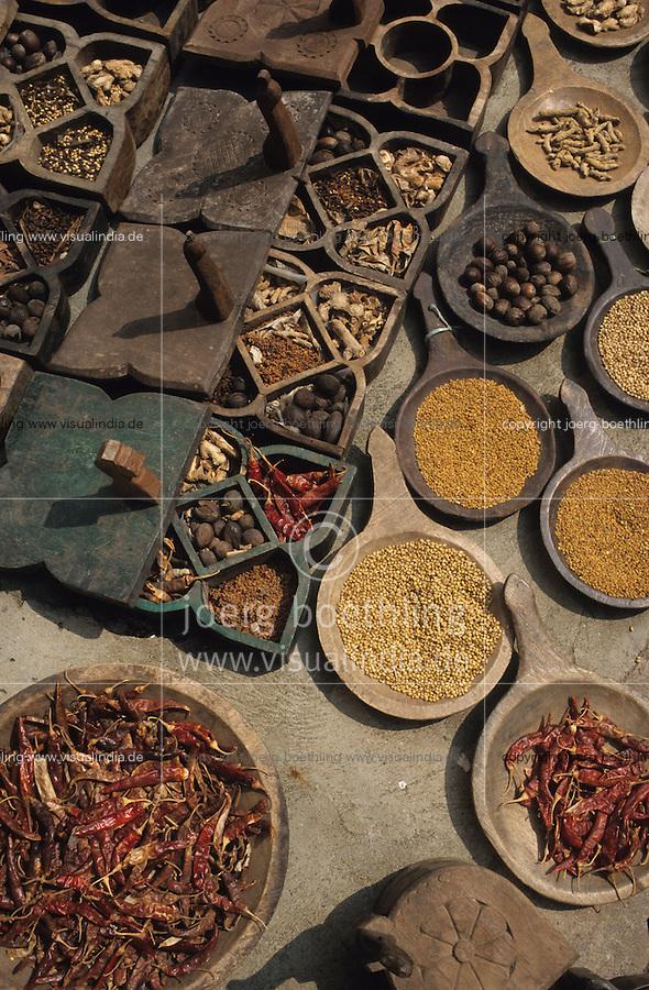 Südasien Asien Indien IND .Gewürze wie Chilly Nelken Zimt Pfeffer auf Markt -  Landwirtschaft Handel gewürzhandel Kolonialwaren Chillies Chilli Chillischote Chillischoten Peperoni Pepperoni Schote Schoten Cayenne Pfeffer Cayennepfeffer Paprika Gewürz Gewürze Curry scharf indische Küche Speisen kochen essen verbrennen würzen schärfen Schärfe indisch Inder rot Farbe farbig Malabar Malabarküste Reise reisen Tourismus xagndaz | .South Asia India .spices like pepper cloves chillies at market in Kerala  - agriculture trade farming cultivation chilly capsicum cayenne pepper red color colour spice spices spicy hot indian cuisine curry food