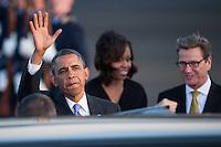 Berlin, der US-amerikanische Praesident Barack Obama (l.), seine Frau Michelle und Aussenminister Guido Westerwelle (FDP, r.) am Dienstag (18.06.13) am Flughafen Tegel in Berlin.
