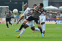 SÃO PAULO, SP, 05 DE MAIO DE 2013 - CAMPEONATO PAULISTA - SÃO PAULO x CORINTHIANS: Edson Silva (e) e Paolo Guerreiro (d) durante partida São Paulo x Corinthians, válida pela semifinal do Campeonato Paulista de 2013, disputada no estádio do Morumbi em São Paulo. FOTO: LEVI BIANCO - BRAZIL PHOTO PRESS.