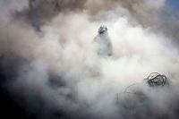 San Juan del Río, Qro. 29 marzo 2014.- La quema de un pastizal en un predio de la colonia San Rafael de este municipio, dio origen a que se consumieran varias tonedadas de desperdicio industrial genrando con ello una gran columna de humo negro en la zona oriente de la ciudad. Los bomberoso voluntarios y la Cruz Roja de la localidad acudieron al llamado pues la fuerte contaminación invadió la colonia. Afortunadamente no se presentaron lesionados. TETÉ/OBTURE PRESS AGENCY;