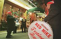 Die &quot;Red Mike Festival Band&quot; zieht musizierend durch Little-Italy um einem verstorbenen Musikerkollegen zu gedenken.<br /> New York City, 28.12.1998<br /> Copyright: Christian-Ditsch.de<br /> [Inhaltsveraendernde Manipulation des Fotos nur nach ausdruecklicher Genehmigung des Fotografen. Vereinbarungen ueber Abtretung von Persoenlichkeitsrechten/Model Release der abgebildeten Person/Personen liegen nicht vor. NO MODEL RELEASE! Don't publish without copyright Christian-Ditsch.de, Veroeffentlichung nur mit Fotografennennung, sowie gegen Honorar, MwSt. und Beleg. Konto:, I N G - D i B a, IBAN DE58500105175400192269, BIC INGDDEFFXXX, Kontakt: post@christian-ditsch.de]