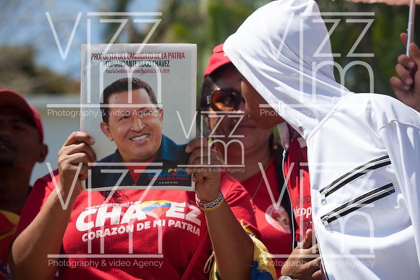 CARACAS - VENEZUELA 08-03-2013, Una mujer muestra una foto de Chávez durante el funeral de estado. El lider y  presidente de Venezuela, Hugo Chávez Frías, falleció el pasado martes 5 de marzo de 2013 a causa de un cancer a la edad de 58 años./ A woman shows a Chavez pic during the state funeral. The leader and president of Venezuela, Hugo Chavez Frias who died by cancer the past March 5th of 2013 at the age of 58. Photo: VizzorImage / CONT
