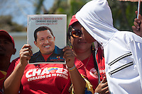 CARACAS - VENEZUELA 08-03-2013, Una mujer muestra una foto de Chávez durante el funeral de estado. El lider y  presidente de Venezuela, Hugo Chávez Frías, falleció el pasado martes 5 de marzo de 2013 a causa de un cancer a la edad de 58 años./ A woman shows a Chavez pic during the state funeral. The leader and president of Venezuela, Hugo Chavez Frias who died by cancer the past March 5th of 2013 at the age of 58. Photo: VizzorImage / CONT