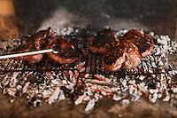 Europe/France/Aquitaine/33/Gironde/Cussac-Fort-Médoc: Madame Meyre fait cuire les gigots d'Agneau à la cheminée sur des sarments de vigne qu'elle servira à la Table d'Hôte  de Château Julien