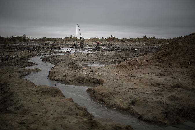 Illegaler Bernsteinabbau in Chrabowo, Region Kalinigrad. /<br />&ldquo;Black diggers&rdquo; dig for amber in makeshift pools outside the village of Khrabrovo, Kaliningrad region, Russia. Despite fines, confiscation of expensive pumps and cars and even criminal prosecution &ldquo;black digging&rdquo; remains a popular occupation in Kaliningrad.