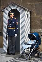 Europe/République Tchèque/Prague:  Garde du Château de  Prague siège de  la présidence de la république- Père célibataire