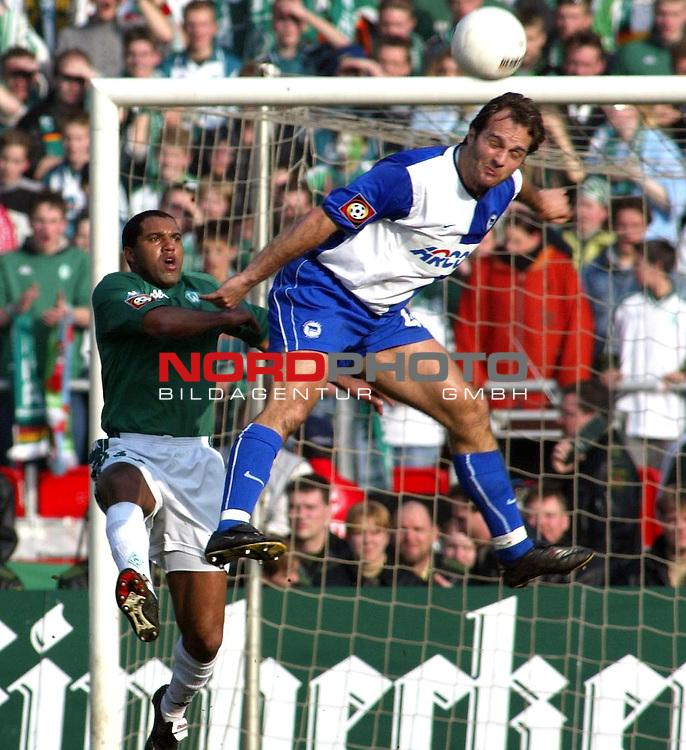 Fussball - Bundesliga<br />  SV Werder Bremen vs . Hertha BSC Berlin<br /> Der Berliner Dick van Burik klaert vor dem Bremer Ailton<br /> [Foto &copy; nordphoto -  Foto ist honorarpflichtig! zzgl. gesetzl. MwSt.<br />  Belegexemplar erforderlich<br /> Adresse: nordphoto<br /> Georg-Reinke-Strasse 1<br /> 49377 Vechta