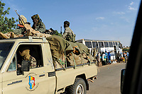 NIGER, 2000 soldier from Chad with armed Toyota pickup on the way to Mali, they are part of ECOWAS mission in the Mali war against islamist terror groups to support french troops / NIGER, 2000 Soldaten mit mobilen Toyota Pickups der Interventionstruppe aus dem Tschad auf Durchreise auf der Strasse von Maradi nach Niamey nach Nordmali als Verstaerkung des ECOWAS Kontingent im Kampf gegen Islamisten