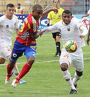 PASTO -COLOMBIA, 23-02-2014.  Juan Carlos Mosquera (Izq) del Deportivo Pasto disputa el balón con Carlos Ramírez (Der) de Envigado FC por la fecha 7 Liga Postobón I 2014 jugado en el estadio La Libertad de Pasto./ Juan Carlos Mosquera (L) of Deportivo Pasto vies for the ball with Carlos Ramirez (R) of Envigado FC for the 7th date of Postobon  League I 2014 played at La Libertad stadium in Pasto. Photo: VizzorImage / Leonardo Castro / STR
