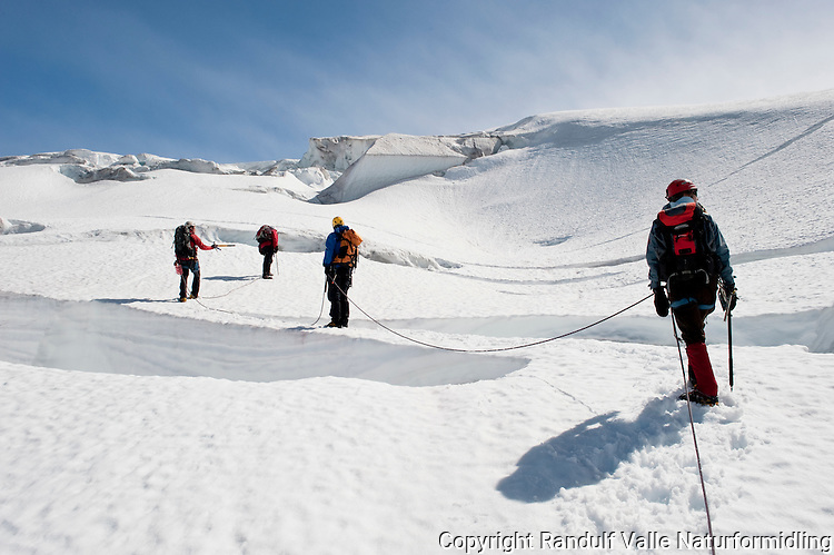 Taulag på vei gjennom sprekkområde på Bødalsbreen. ---- Rope team on the glacier Bødalsbreen.