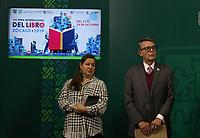 Ciudad de México. 08 Octubre del 2019.- El Gobierno de la Ciudad de México anunció que el próximo viernes 11 de octubre arrancará la décima novena edición de la Feria Internacional del Libro en el Zócalo de la Ciudad de México (FIL Zócalo) 2019, evento que refrendará a la urbe como la Capital Cultural de América.La Jefa de Gobierno, Claudia Sheinbaum Pardo, precisó que este evento se desarrollará en la explanada del Zócalo a partir del día 11 y hasta el 20 de octubre. Durante estos días se darán cita 370 editoriales y llevarán a cabo más de 600 actividades entre homenajes, premios, conferencias, mesas de diálogo, presentaciones de libros, lecturas, conciertos, teatro, cuentacuentos, talleres y tertulias. El secretario de Cultura, José Alfonso Suárez Del Real, destacó que en esta edición de Feria literaria se rendirá un homenaje póstumo al filósofo e historiador mexicano Miguel León-Portilla, fallecido hace unos días.