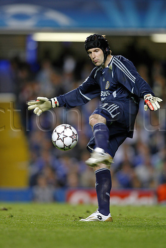 25 April 2007: Chelsea goalkeeper Petr Cech kicks the ball up-field during the first leg of the UEFA Champions League Semi-Final game between Chelsea and Liverpool  played at Stamford Bridge. Chelsea won the game 1-0. Photo: Glyn Kirk/Action plus..soccer 070425 football keeper