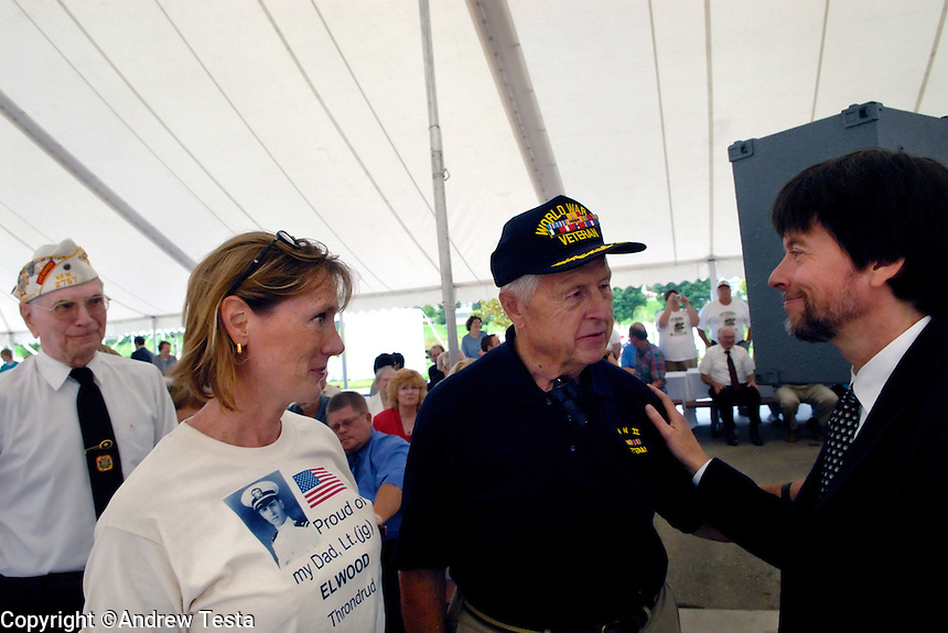 USA. Luverne.  6th September 2007.KEn Burns talks to war veteran Elwood Throndrud and his daughter Susan at a picnic at the Minessota war veterans home in Luverne..©Andrew Testa/Panos for Newsweek