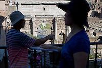 Roma continua ad essere una delle città più visitata al mondo. Turisti Giapponesi al Foro Romano. Rome continue to be one of the most visited city in the world. Tourists at the Roman Forum.