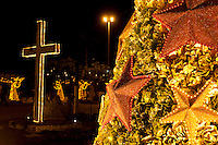 Garrafas pet iluminadas por luzes na cidade.<br /> Em Benevides, a cerca de 40 km de Belém, moradores juntaram 2 milhões de garrafas pet para montar a decoração natalina nas praças e ruas da cidade. A iniciativa, da prefeitura em parceria com a associação de catadores, abriu oportunidades de emprego, estimulou os moradores a compreender a importância da reciclagem e garantiu a beleza do Natal unindo tradição e criatividade.<br /> Benevides, Pará, Brasil<br /> Foto Paulo Santos <br /> 15/12/2011