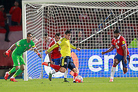 SANTIAGO DE CHILE- CHILE-12-11-2015: James Rodriguez (Cent.) jugador de Colombia, anota gol a Claudio Bravo (Izq.) portero de Chile, durante partido de la fecha 3 válido por la clasificación a la Copa Mundo FIFA 2018 Rusia jugado en el Estadio Nacional Julio Martinez de la ciudad de Santiago de Chile. /  James Rodriguez (C) player of Colombia scored a goal to Claudio Bravo (L) goalkeeper of Chile, during match for the date 3 valid for the 2018 FIFA World Cup Russia Qualifier played at Julio Martinez Nacional Stadium in Santiago de Chile city. Photo: VizzorImage / Marcelo Hernandez/Photosport / Cont.