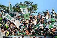 MEDELLÍN -COLOMBIA-19-04-2016. Hinchas de Atlético Nacional de Colombia  animan a su equipo previo al partido con Huracan de Argentina por la fecha 6, G4, de la Copa Bridgestone Libertadores 2016 jugado en el estadio Atanasio Girardot de la ciudad de Medellín. / Fans of Atletico Nacional de Colombia cheer for their team during the match against Huracan of Argentina for the date 6, G4, of the Copa Bridgestone Libertadores 2016 played at Atanasio Girardot stadium in Medellin city. Photo: VizzorImage/ León Monsalve /Str