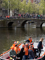 Boote auf  Oudezijdrs Vorburgwal  am K&ouml;nigstag in Amsterdam, Provinz Nordholland, Niederlande<br /> Boats t Kings day, Gracht Oudezijdrs Vorburgwal, Amsterdam, Province North Holland, Netherlands