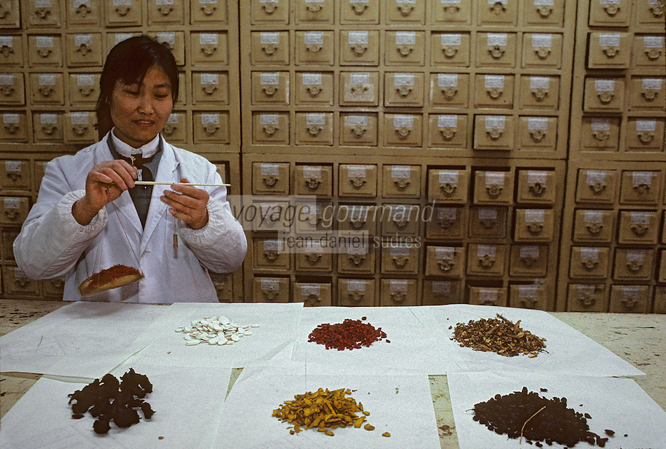Asie/Chine/Jiangsu/Env Nankin : Marché libre de la rue Shan-Xi - Pharmacienne dans une pharmacie traditionnelle<br /> PHOTO D'ARCHIVES // ARCHIVAL IMAGES<br /> CHINE 1990