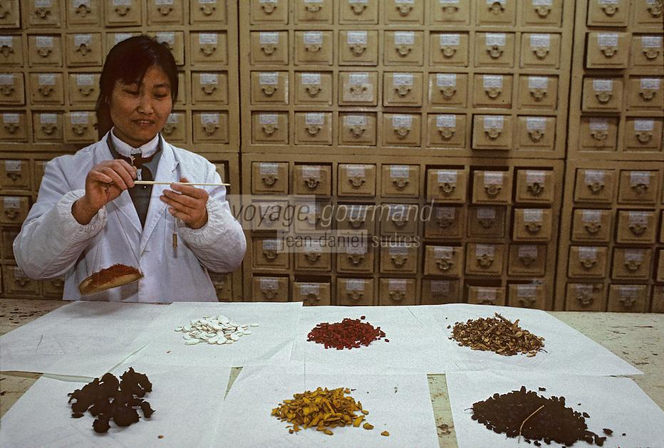 Asie/Chine/Jiangsu/Env Nankin&nbsp;: March&eacute; libre de la rue Shan-Xi - Pharmacienne dans une pharmacie traditionnelle<br /> PHOTO D'ARCHIVES // ARCHIVAL IMAGES<br /> CHINE 1990