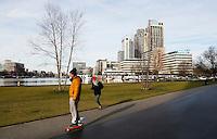 Nederland  Amsterdam  2017 . Overamstel.  Skaten langs de nieuwbouwwijk aan de Amstel .  Foto Berlinda van Dam / Hollandse Hoogte