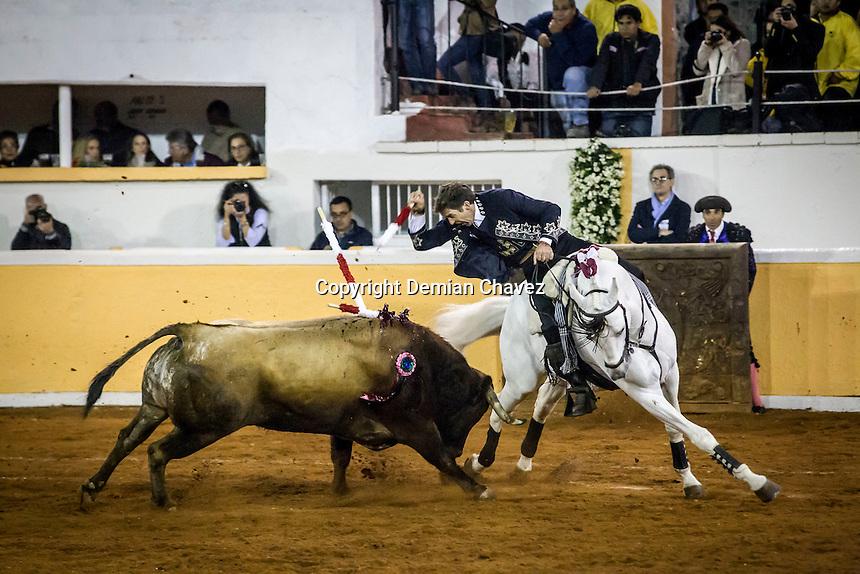 Quer&eacute;taro, Qro. 19 de febrero de 2016.- El rejoneador de toros, Pablo Hermoso de Mendoza, durante las faenas en la Plaza de Toros de Provincia Juriquilla. En su &uacute;ltimo toro fe acompa&ntilde;ado por ni&ntilde;os que asistieron a la corrida. <br /> <br /> En esta fecha, tambi&eacute;n lidiaron Andr&eacute;s Roca e Ignacio Garibay.   <br /> <br /> <br /> Al final de la corrida, Andr&eacute;s Roca y Pablo Hermoso salieron en hombros por su extraordinaria faena.<br /> <br /> <br /> Foto: Demian Ch&aacute;vez / Obture.