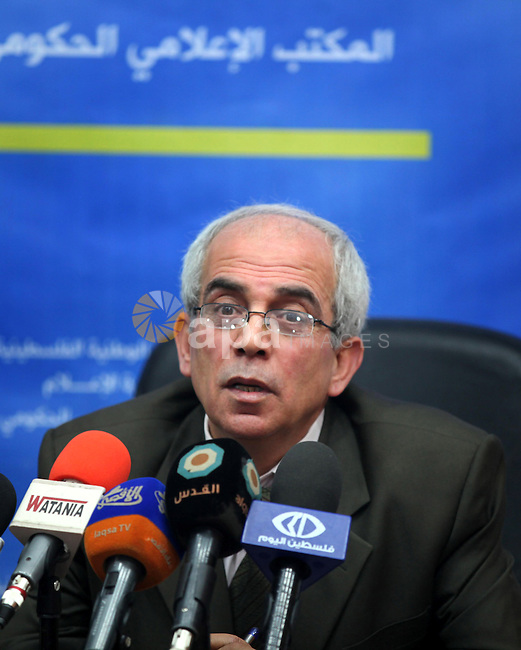 Palestinian deputy ministry of gocal government Yousef Allgrez delivers a speech during a press conference in Gaza city on Nov. 03, 2013. Photo by Mohammed Asad