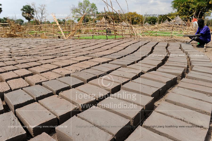 SOUTH-SUDAN Rumbek , making of bricks for house construction / SUED SUDAN, Rumbek,  Ziegelsteine aus Lehm fuer Hausbau