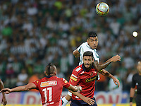 MEDELLIN - COLOMBIA -15 -03-2015: Jefferson Duque (Der.) jugador de Atletico Nacional disputa el balón con Vladimir Marin (Izq.) y Diego Herner (Cent.) jugadores de Deportivo Independiente Medellin, durante partido entre Atletico Nacional y Deportivo Independiente Medellin por la fecha 10 la Liga Aguila I 2015, jugado en el estadio Atanasio Girardot de la ciudad de Medellin.  / Jefferson Duque (R), player of Atletico Nacional fights for the ball with Vladimir Marin (R) and  Diego Herner (C) players of Deportivo Independiente Medellin during a match for the date 10 between Atletico Nacional and Deportivo Independiente Medellin the Liga Aguila I 2015 at the Atanasio Girardot stadium in Medellin city. Photo: VizzorImage. / Leon Monsalve / Str.