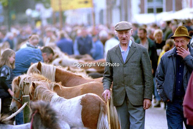 Foto: VidiPhoto..ELST - In het Betuwse Elst werd maandag de jaarlijkse paardenmarkt gehouden. Vele duizenden bezoekers kwamen op het evenement af dat, volgens de politie, nauwelijks incidenten kende. Honderden pony's werden door Italiaanse handelaren opgekocht voor de vleesindustrie. De Italianen komen naar Nederland omdat de prijs van pony's hier laag ligt. De paardenmarkt in Elst is een van de oudsten van Nederland en dateert van de vroege middeleeuwen. (Meer info via: 0481-362395)