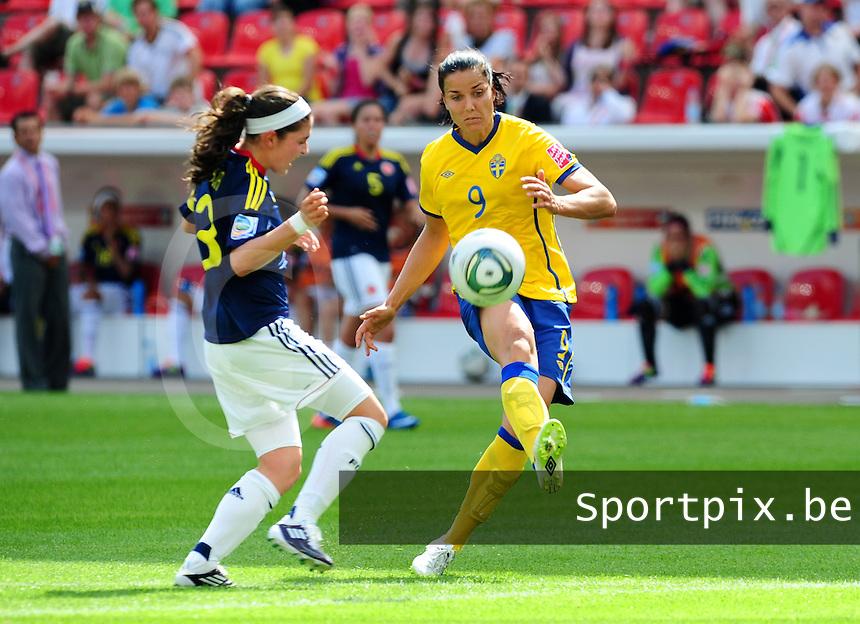 Fifa Women's World Cup Germany 2011 : Colombia - Sweden at Bayarena Leverkusen : Jessica Landstrom aan de bal voor Natalia Gaitan.foto DAVID CATRY / Vrouwenteam.be