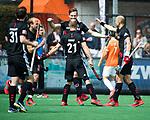 BLOEMENDAAL   - Hockey - Mirco Pruyser (A'dam) heeft gescoord . rechts Justin Reid-Ross(A'dam) . 3e en beslissende  wedstrijd halve finale Play Offs heren. Bloemendaal-Amsterdam (0-3). Amsterdam plaats zich voor de finale.  COPYRIGHT KOEN SUYK