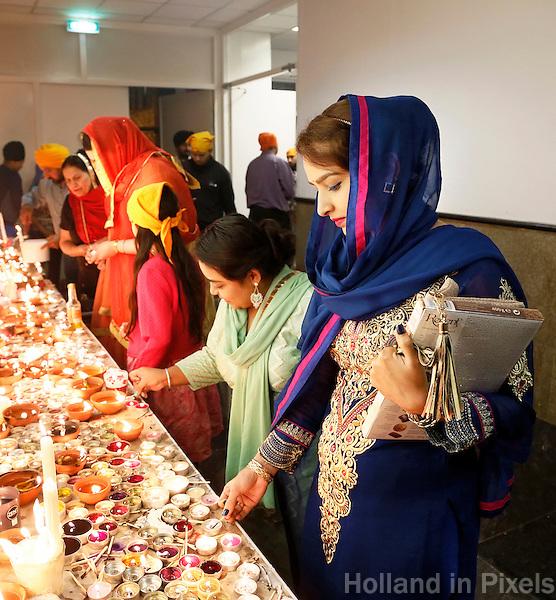 Nederland  Amsterdam 2016. Divali viering in de Shri Guru Nanak Gurdwara Sahib, een tempel van de Sikhs. Het Sikhisme is een onafhankelijk geloof dat geïnspireerd is op het hindoeïsme maar een eigen religieuze identiteit heeft. Bezoekers steken kaarsjes aan .  Foto Berlinda van Dam / Hollandse Hoogte