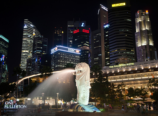 Singapore Merlion in front of Fullterton waterfront