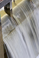 Europe/France/Bourgogne/89/Yonne/ Chatel-Censoir: détail d'eau a l'écluse sur le canal du Nivernais vallée de l'Yonne - Filet d'eau