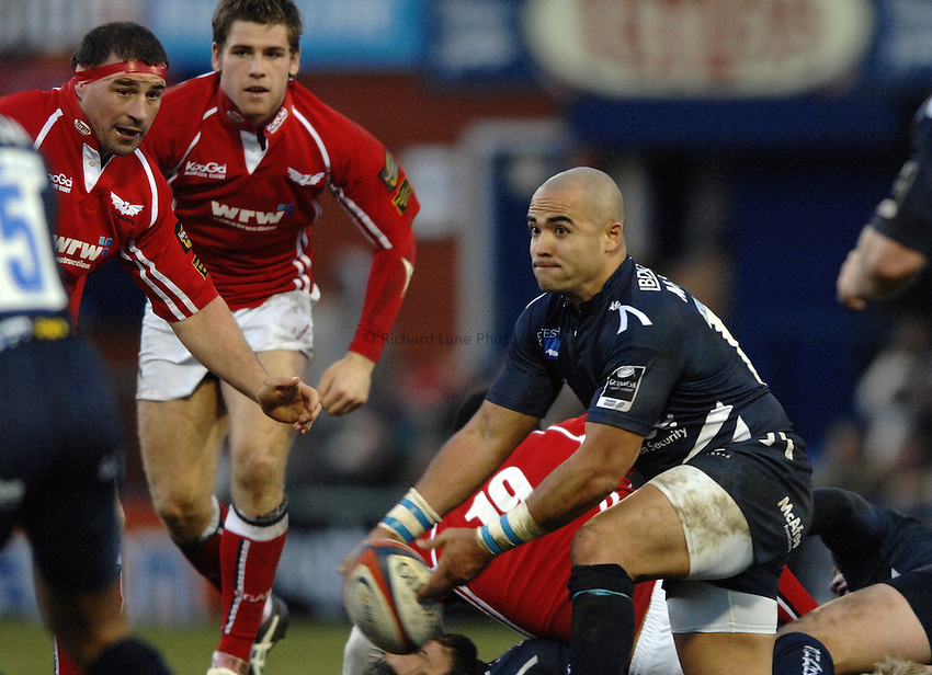 Photo: Richard Lane..Sale Sharks v Llanelli Scarlets. EDF Energy Anglo Welsh Cup. 02/12/2006. .Sale's Sililo Martens passes.