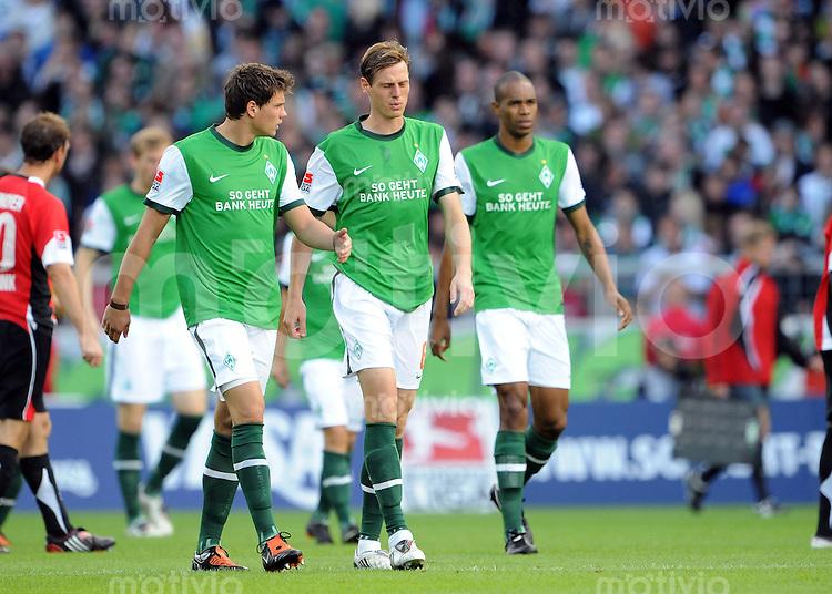 FUSSBALL  1. BUNDESLIGA   SAISON 2009/2010   5. SPIELTAG SV Werder Bremen - Hannover 96    13.09.2009 Sebastian BOENISCH, Tim BOROWSKI und NALDO (v.l., alle Bremen) sind enttaeuscht