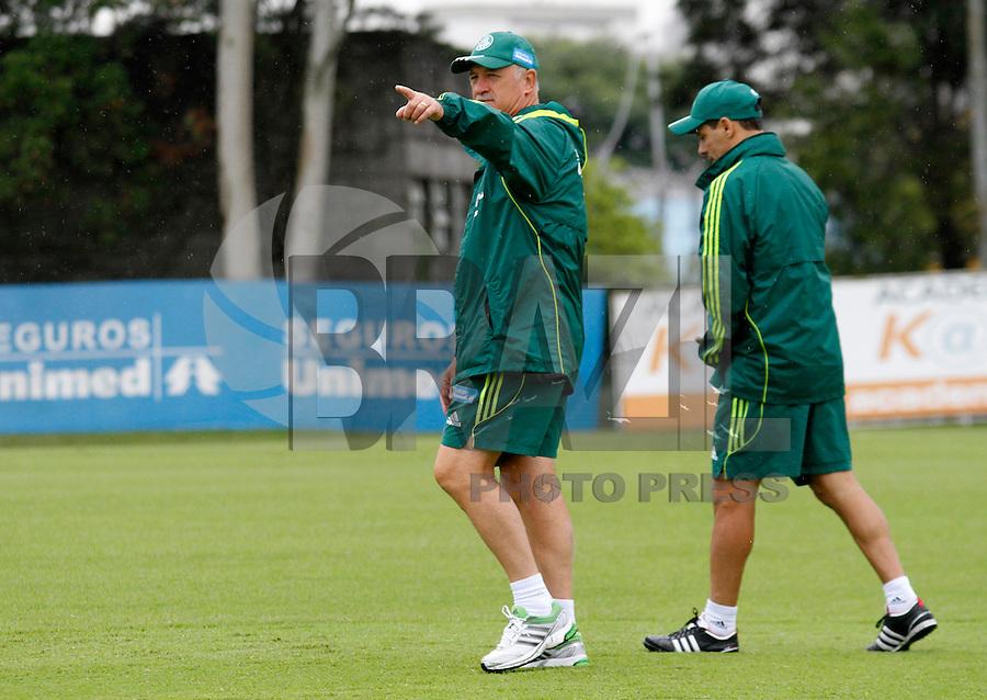 O ex jogador Euller,(d) o tecnico Luiz Feipe Scolare durante treino do Palmeiras no CT da Barra Funda,na zona oeste de Sao Paulo, na manha desta terça-feira 10.FOTO ALE VIANNA - NEWS FREE.