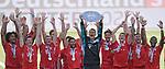 27.06.2020, Fussball: nph00001 1. Bundesliga 2019/2020, 34. Spieltag, VfL Wolfsburg - FC Bayern Muenchen, in der Volkswagen-Arena Wolfsburg. Siegerehrung nach dem Spiel: Der FC Bayern MŸnchen feiert den Gewinn der 30. Deutschen Meisterschaft. Torwart Manuel Neuer (mi., Bayern MŸnchen) hebt die Schale in die Luft<br /><br />Foto: Bernd Feil/M.i.S./ /Pool/nordphoto<br /><br />Nur fŸr journalistische Zwecke! Only for editorial use! <br /><br />GemŠ§ den Vorgaben der DFL Deutsche Fussball: nph00001 Liga ist es untersagt, in dem Stadion und/oder vom Spiel angefertigte Fotoaufnahmen in Form von Sequenzbildern und/oder videoŠhnlichen Fotostrecken zu verwerten bzw. verwerten zu lassen. DFL regulations prohibit any use of photographs as image sequences and/or quasi-video.    <br /><br />National and international NewsAgencies OUT.