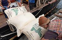 Nederland - Amsterdam - 2018.    In een klein fabriekje in Amsterdam-Noord maken de Chocolatemakers zo eerlijk en duurzaam mogelijke chocoladerepen. De ondernemers regelen zelf de inkoop en laten een zeilschip een flink deel van de cacao vervoeren, want dat is duurzamer dan een vrachtschip. Het schip de Tres Hombres wordt gelost met behulp van vrijwilligers. Iedereen helpt mee de zakken in de fabriek te krijgen. Cacao uit de Dominicaanse Republiek.    Foto mag niet in negatieve / schadelijke context gepubliceerd worden.  Foto Berlinda van Dam / Hollandse Hoogte.