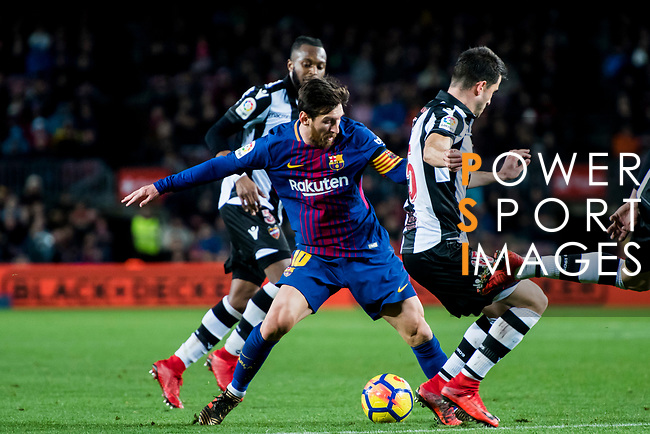 Lionel Andres Messi (L) of FC Barcelona fights for the ball with Sergio Postigo Redondo (R) of Levante UD during the La Liga 2017-18 match between FC Barcelona and Levante UD at Camp Nou on 07 January 2018 in Barcelona, Spain. Photo by Vicens Gimenez / Power Sport Images