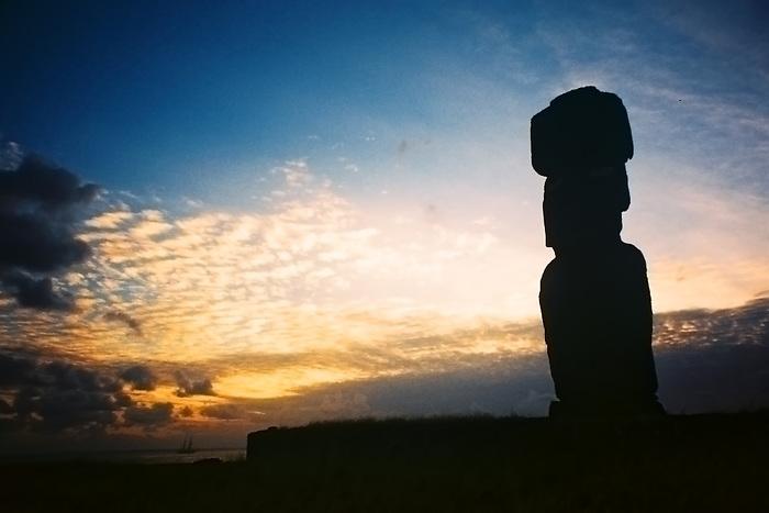 Moai y galeón / Isla de Pascua / Rapa Nui / Chile.<br /> <br /> Moai and galleon / Easter Island / Rapa Nui / Chile.<br /> <br /> Edición de 10 | Víctor Santamaría.